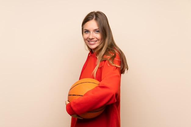 Giovane donna bionda con palla di basket