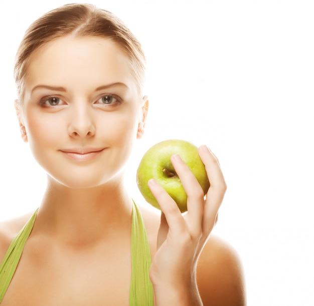 Giovane donna bionda felice con la mela