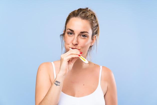 Giovane donna bionda, lavarsi i denti