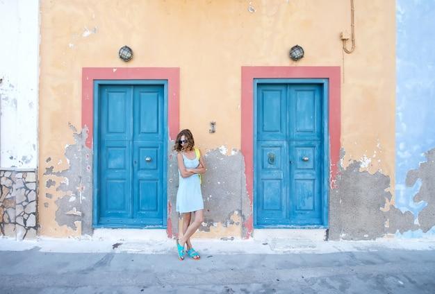 Giovane donna bionda nella tipica città tradizionale greca