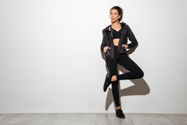 Giovane donna bruna riccia fitness