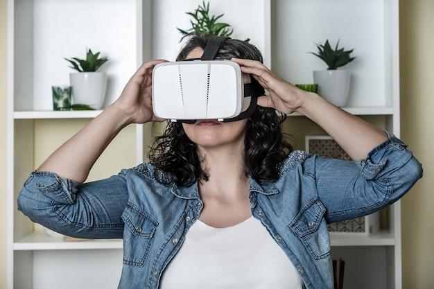 Giovane donna calma in vetri di realtà virtuale