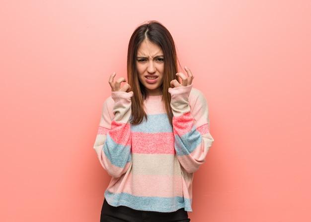 Giovane donna carina arrabbiata e sconvolta