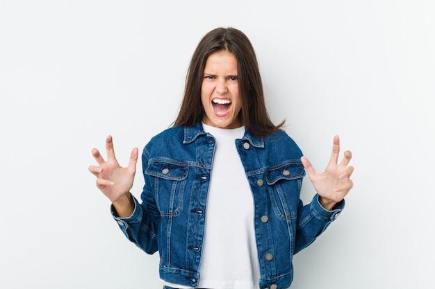 Giovane donna carina urlando di rabbia.