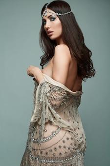 Giovane donna castana di bello stile indiano in studio