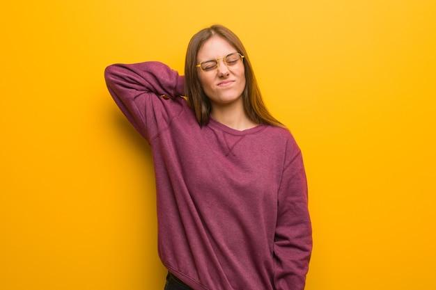 Giovane donna casual che soffre di dolore al collo