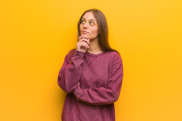 Giovane donna casuale che dubita e confusa