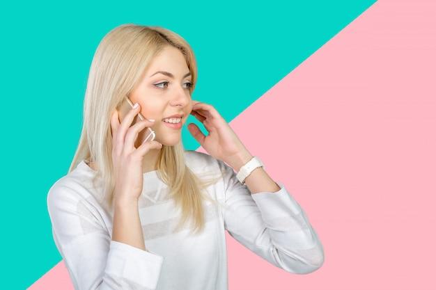 Giovane donna casuale che per mezzo del telefono cellulare