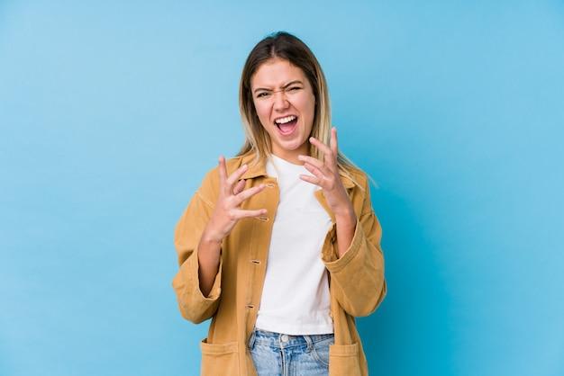 Giovane donna caucasica arrabbiata che grida con le mani tese.