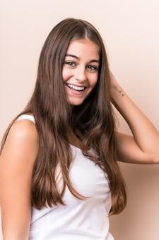 Giovane donna caucasica carina su sfondo beige