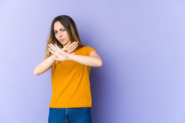 Giovane donna caucasica che fa un gesto di diniego