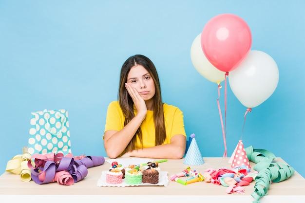 Giovane donna caucasica che organizza un compleanno che è annoiato, affaticato e ha bisogno di una giornata di relax.