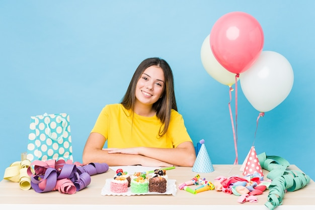 Giovane donna caucasica che organizza un compleanno felice, sorridente e allegro.