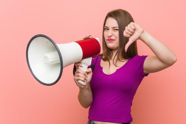 Giovane donna caucasica che parla tramite un megafono