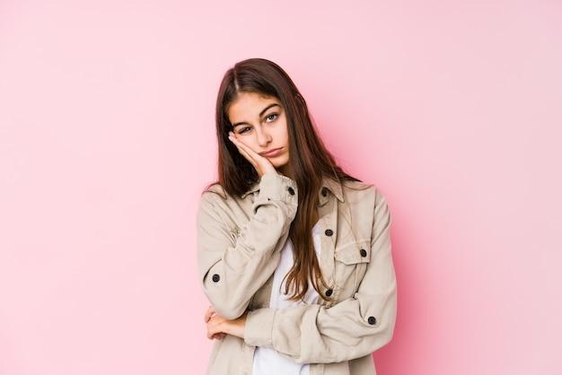 Giovane donna caucasica che posa nel rosa