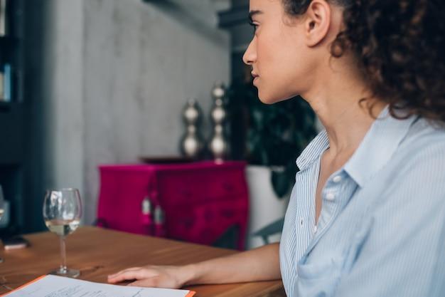 Giovane donna caucasica che si siede nell'ufficio di co-lavoro moderno