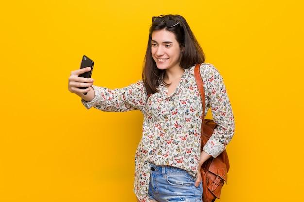 Giovane donna caucasica che tiene un telefono
