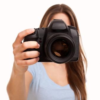 Giovane donna caucasica con fotocamera