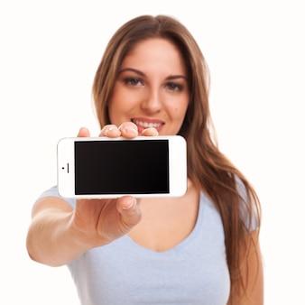 Giovane donna caucasica con smartphone