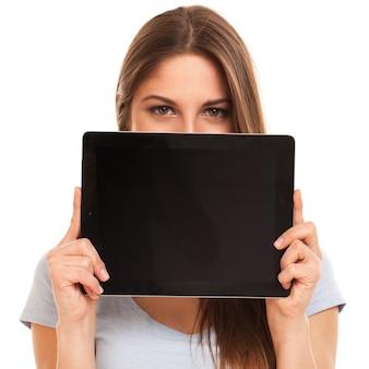 Giovane donna caucasica con tablet pc