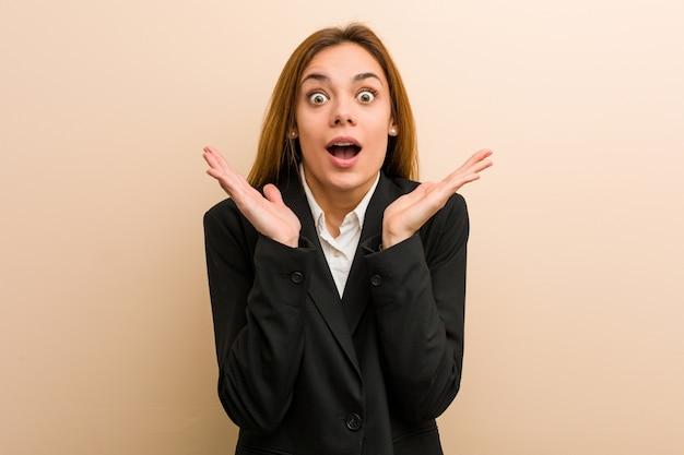 Giovane donna caucasica di affari sorpresa e sconvolta.