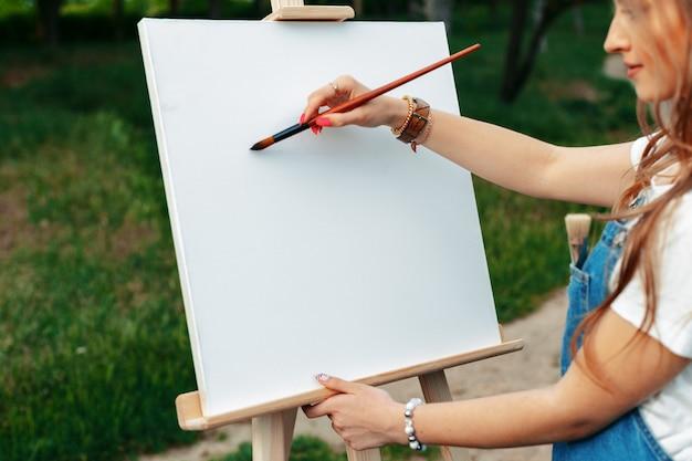 Giovane donna caucasica dipinto su tela al di fuori