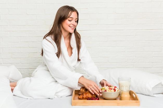 Giovane donna caucasica facendo colazione