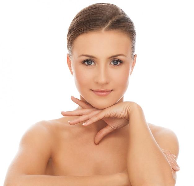Giovane donna caucasica felice nuda