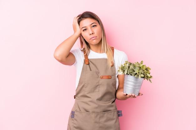 Giovane donna caucasica giardiniere isolata essere scioccata, ha ricordato un incontro importante.