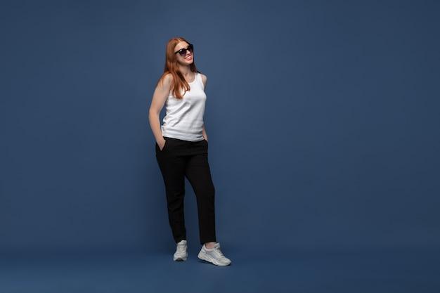 Giovane donna caucasica in abbigliamento casual. personaggio femminile bodypositive, oltre a imprenditrice di dimensioni