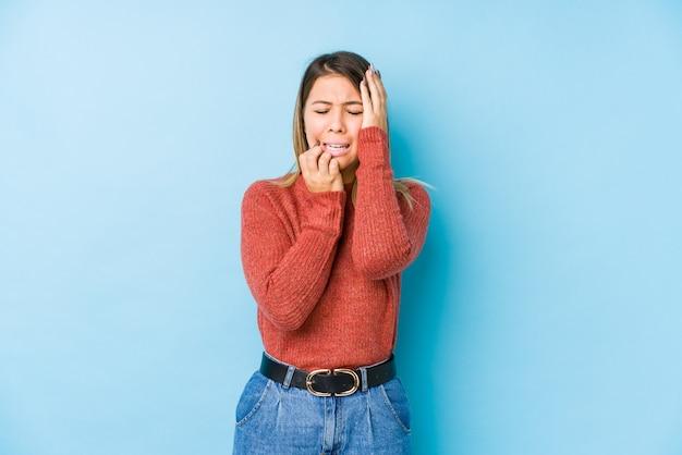Giovane donna caucasica in posa isolato piagnucolando e piangendo sconsolato.