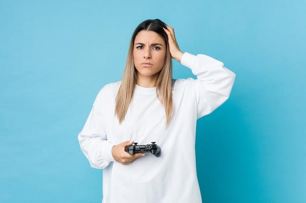 Giovane donna caucasica in possesso di un controller di gioco scioccato, ha ricordato un incontro importante.