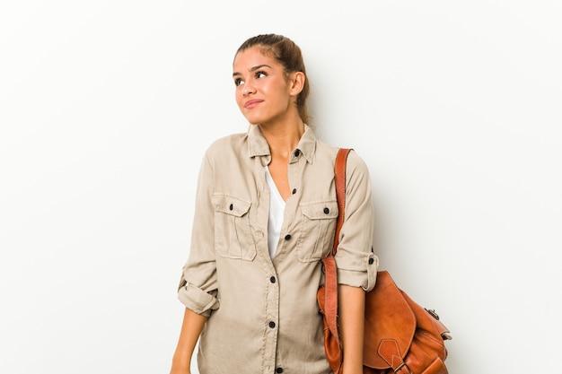 Giovane donna caucasica pronta per un viaggio sognando di raggiungere obiettivi e scopi