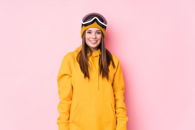 Giovane donna caucasica sciatore felice, sorridente e allegra.