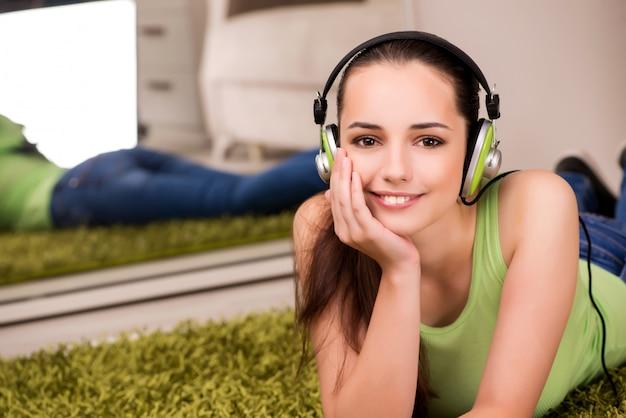 Giovane donna che ascolta la musica a casa