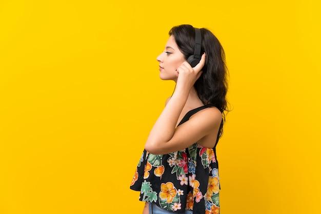 Giovane donna che ascolta la musica con le cuffie