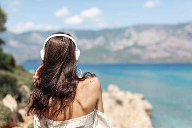 Giovane donna che ascolta la musica