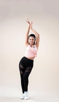 Giovane donna che balla con abiti sportivi