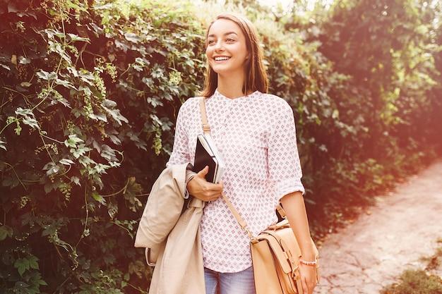 Giovane donna che cammina in città