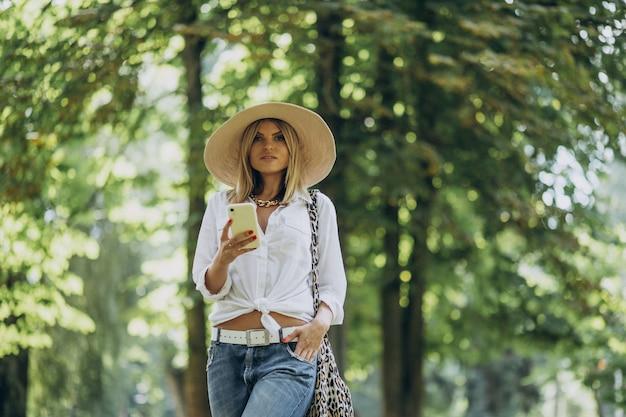 Giovane donna che cammina nel parco