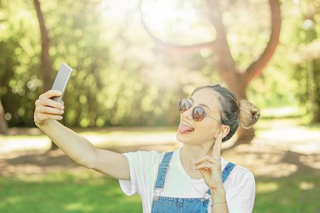 Giovane donna che cattura selfie