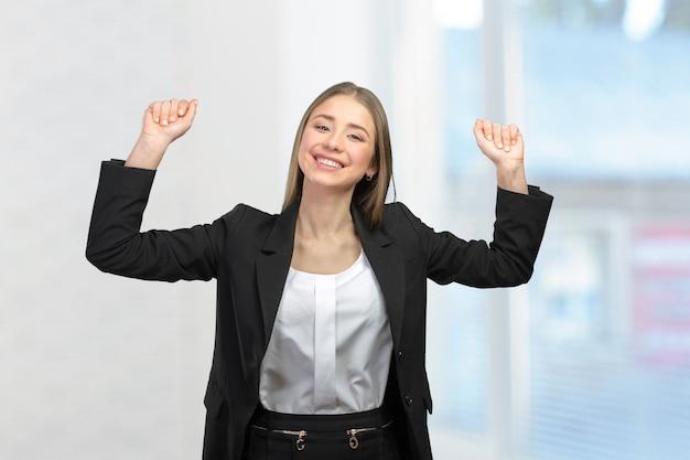 Giovane donna che celebra il successo