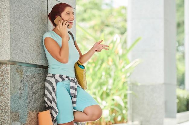 Giovane donna che chiama amico