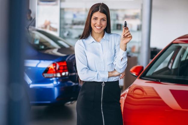 Giovane donna che compra un'auto
