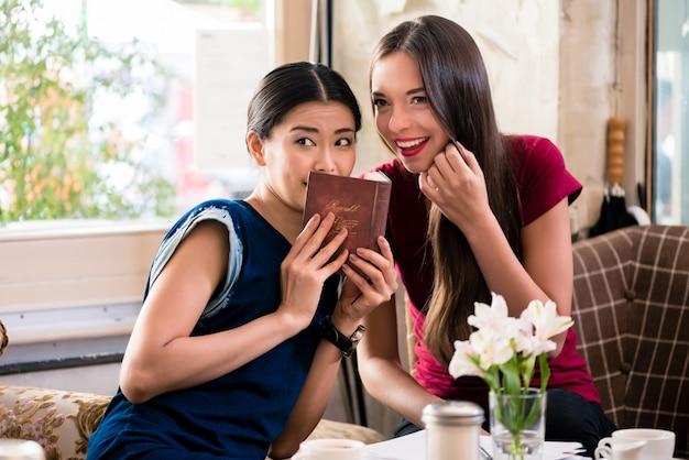 Giovane donna che condivide i segreti con la sua migliore amica