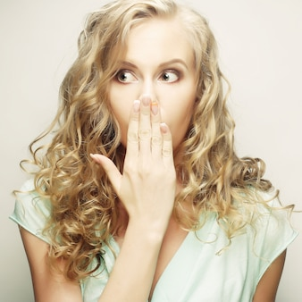 Giovane donna che copre il viso con la mano