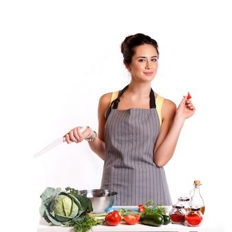 Giovane donna che cucina in cucina. cibo salutare