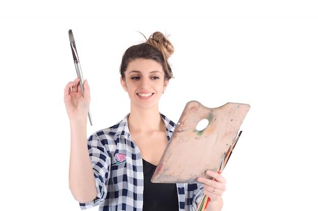 Giovane donna che dipinge con pennello