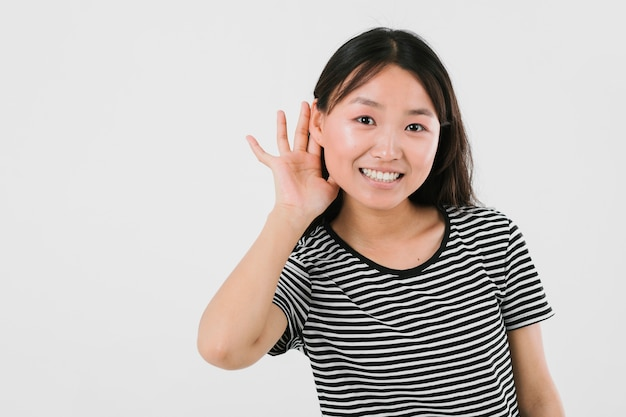 Giovane donna che è pronta per ascoltare la buona notizia