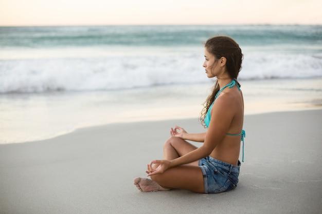 Giovane donna che esegue yoga